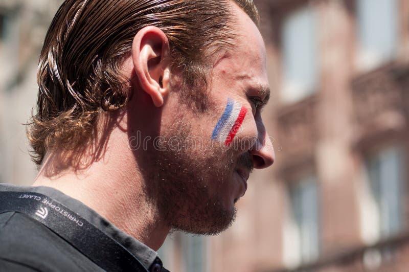 défenseur français du football avec le drapeau français sur le visage dans extérieur image stock
