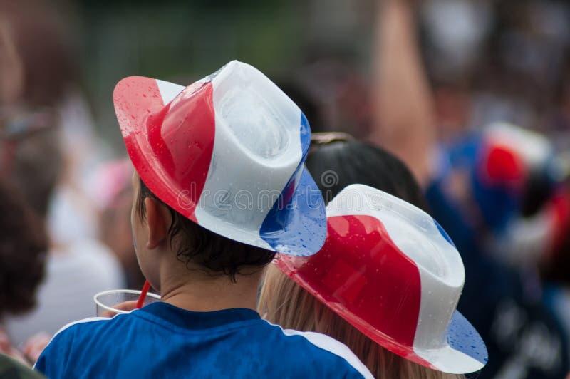 défenseur français du football avec les chapeaux français de drapeau photographie stock