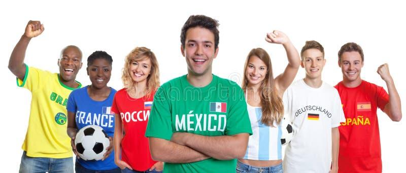 Défenseur mexicain du football avec les bras et les fans croisés de l'autre c photo stock