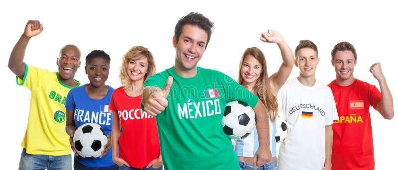 Défenseur mexicain optimiste du football avec la boule et fans d'othe image libre de droits