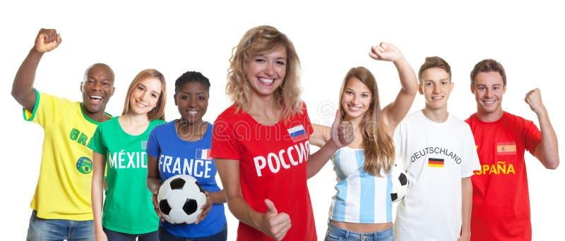 Défenseur russe heureux du football avec des fans d'autres pays photographie stock libre de droits