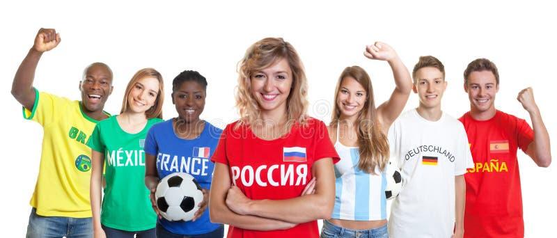 Défenseur russe riant du football avec des fans d'autres pays photo stock