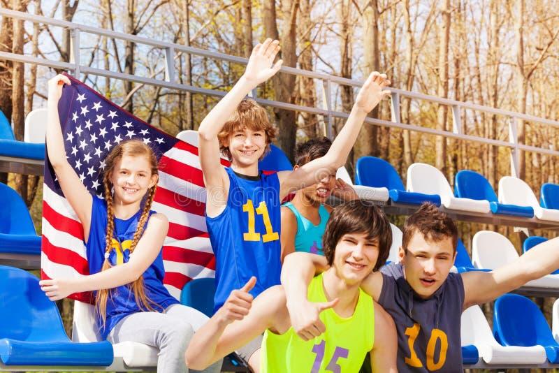 Défenseurs américains célébrant la victoire à la tribune photo stock