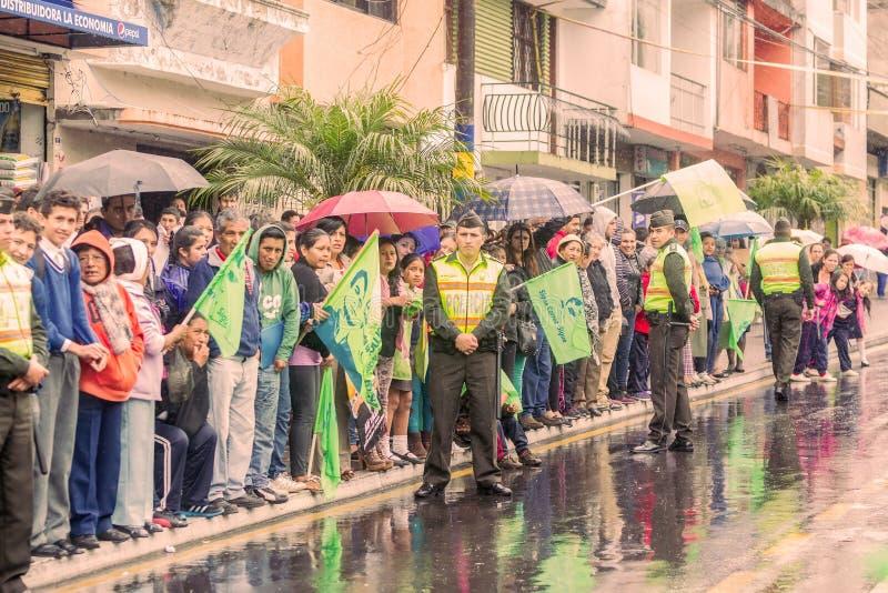 Défenseurs avec des hommes de police de l'Equateur attendant le président images libres de droits
