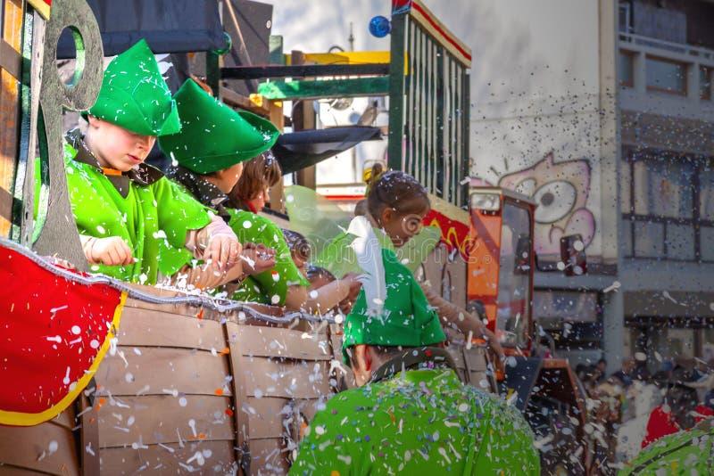 Défilé de carnaval avec des enfants ayant l'amusement photographie stock libre de droits