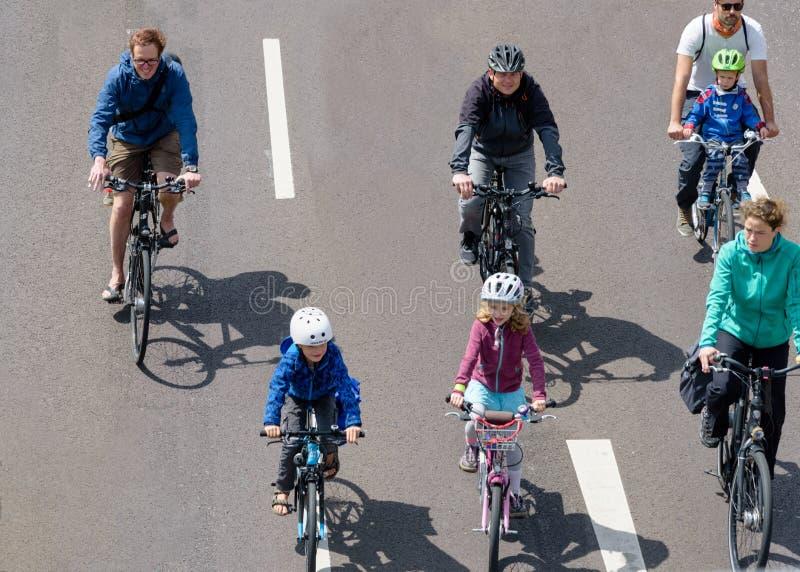 Défilé de ` de cyclistes à Magdebourg, Allemagne AM 17 06 2017 Bicyclettes de tour de parents et d'enfants images libres de droits