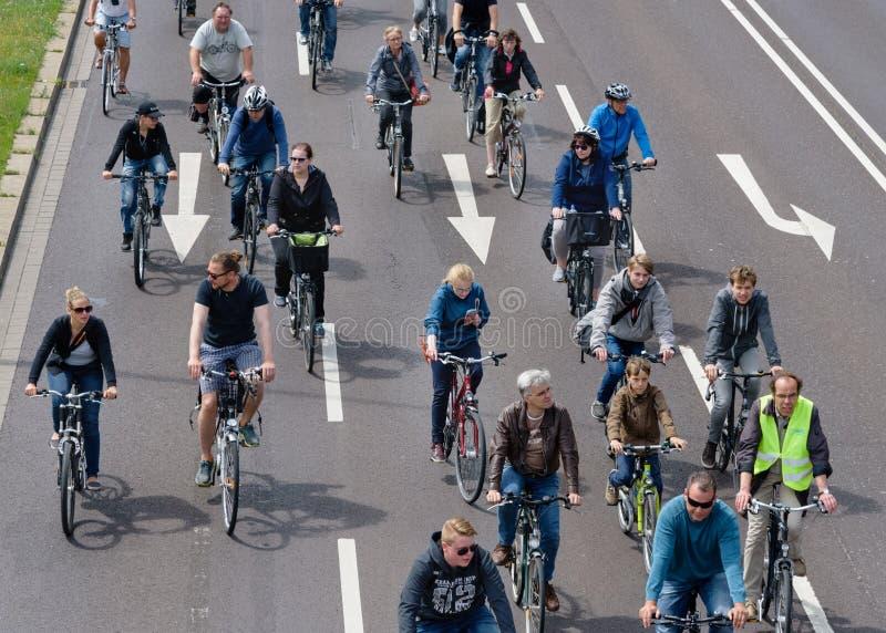 Défilé de ` de cyclistes à Magdebourg, Allemagne AM 17 06 2017 Jour d'action Beaucoup de bicyclettes de tour des jeunes photographie stock libre de droits