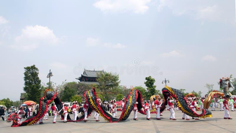 Défilé de dragon et porte chinoise photo libre de droits