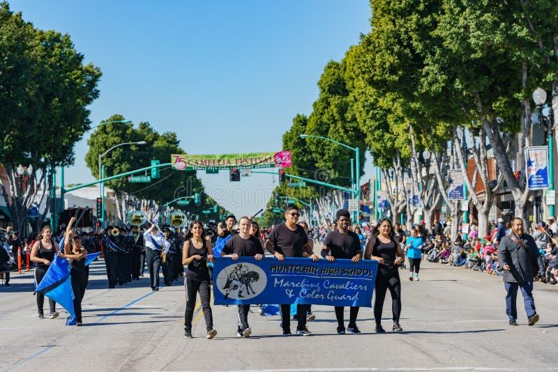Défilé de fanfare de lycée de Montclair dans Camellia Festival images libres de droits