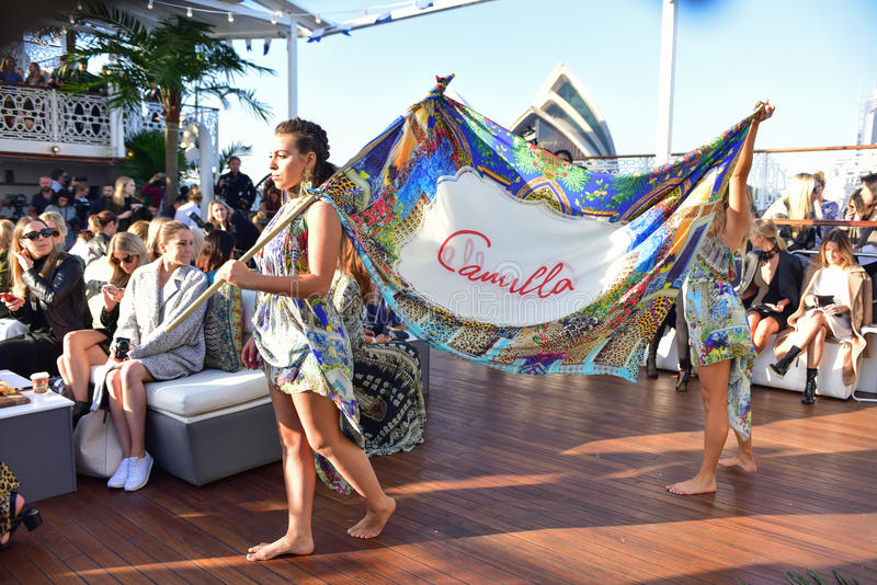 Défilé de mode de Camilla image libre de droits