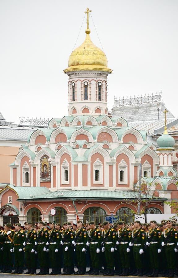 Défilé de répétition générale en l'honneur du jour de victoire sur la place rouge de Moscou images stock