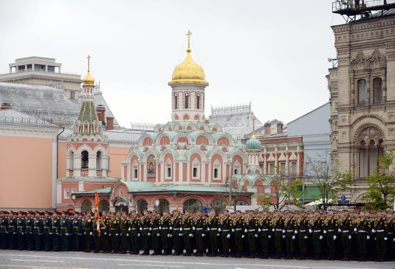 Défilé de répétition générale en l'honneur du jour de victoire sur la place rouge de Moscou photographie stock