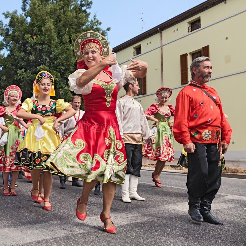 Défilé de rue de l'ensemble russe de danse folklorique image stock