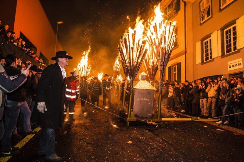 Défilé et participants de Chienbase Fastnach dans Liestal, Suisse image stock