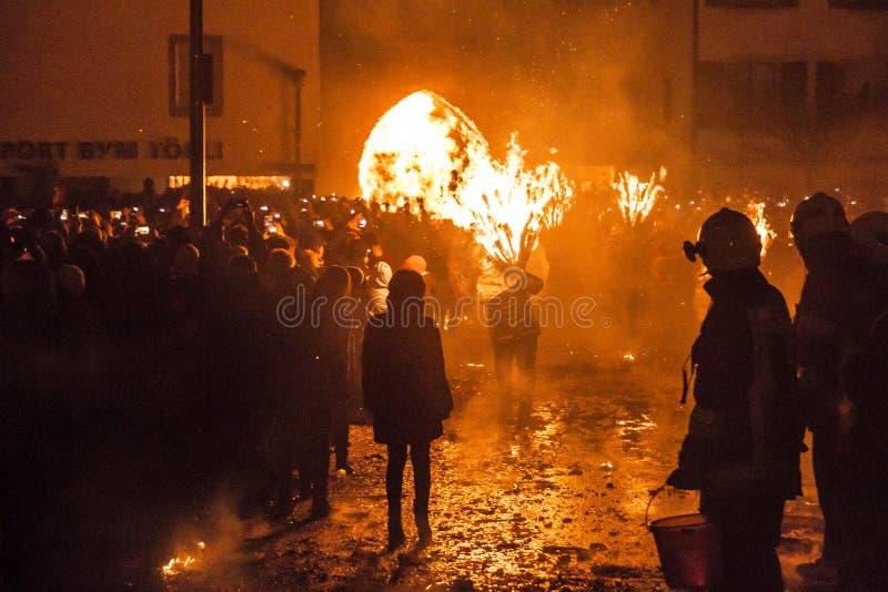 Défilé et participants de Chienbase Fastnach dans Liestal, Suisse photos stock