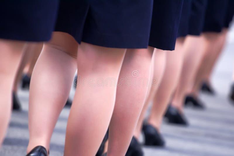 Défilé militaire et filles comme membres des forces armées et de la police images stock