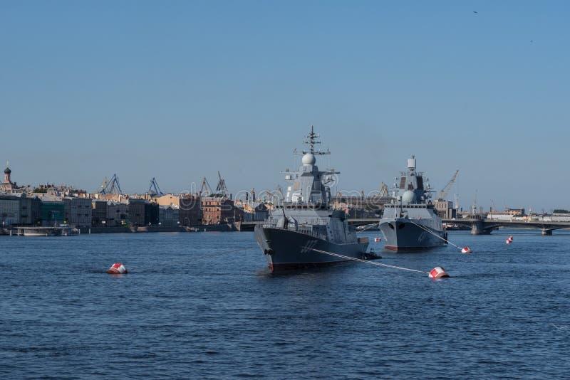 Défilé naval le jour de la marine de la Russie Destroyer militaire sur Neva Sankt-Petersburg Russie photographie stock