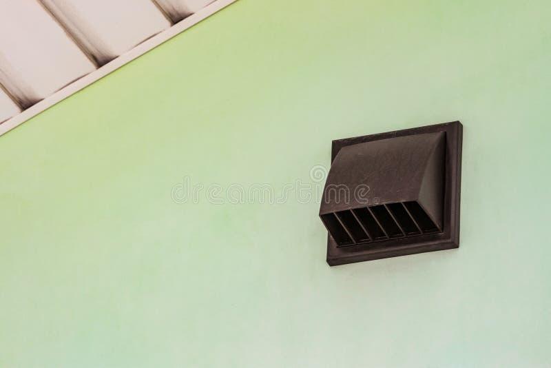 Déflecteur de conduit de mur avec le trellis photo stock