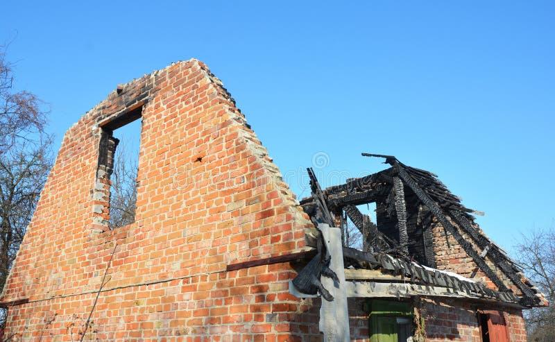 Dégâts causés par le feu de toit de Chambre de brique La vieille maison brûle vers le bas images libres de droits