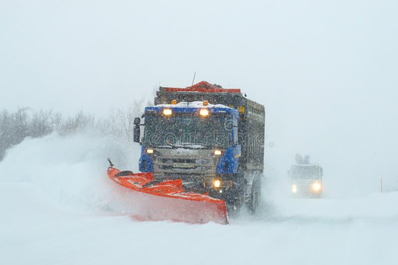 Dégagement de la route de Mourmansk-Teriberka pendant une tempête de neige photos stock