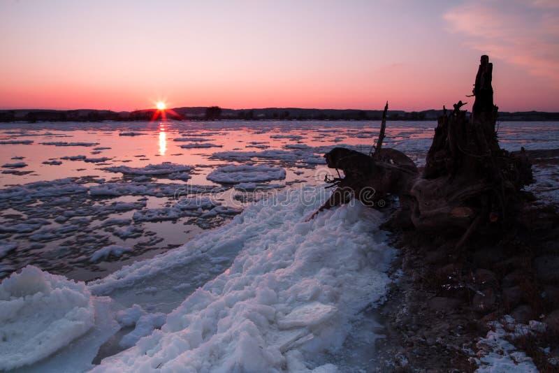 Dégel de glace de sur la rivière photo libre de droits