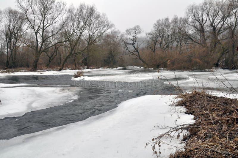 Dégel de ressort sur la rivière images libres de droits