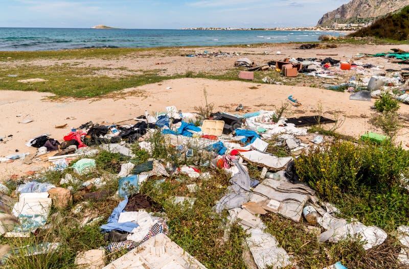 Dégradation côtière avec la plage, les déchets sales et les ordures ménagères polluant la plage de Capaci dans la province de Pal photographie stock libre de droits