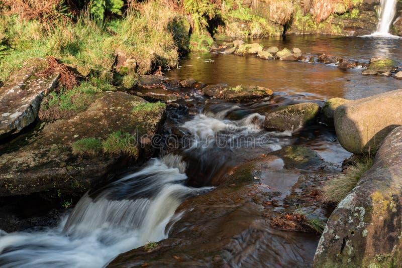 Dégringolades de l'eau en bas de petites cascades à la tête de trois Shires photographie stock