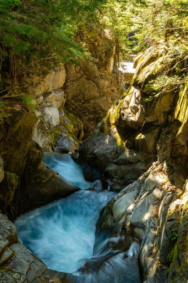 Dégringolades de l'eau par le canyon au-dessus des chutes de Christine photos stock