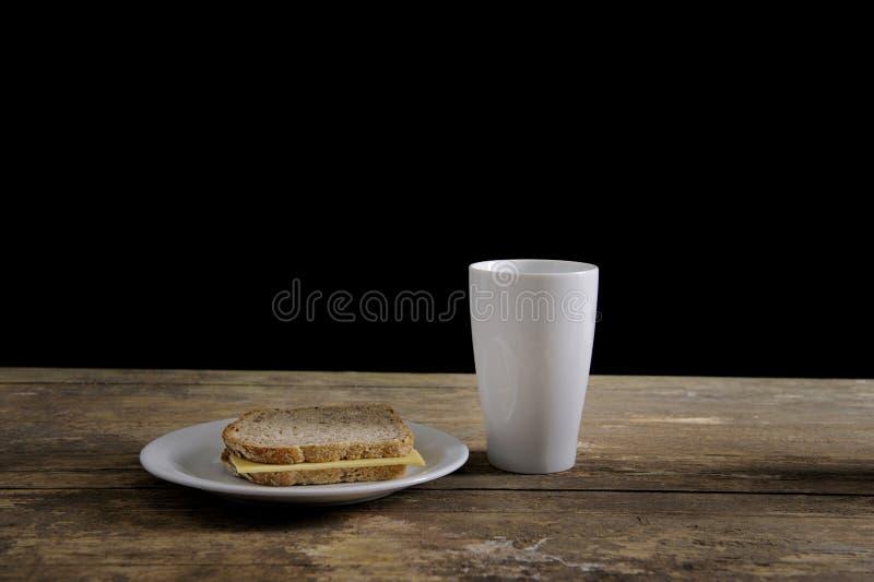 Déjeuner économe sur la vieille table photo stock