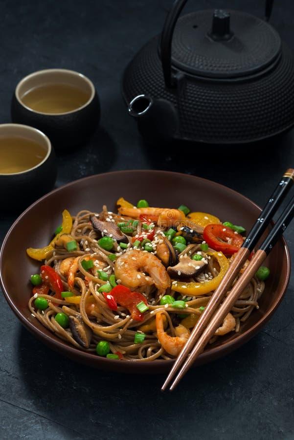Déjeuner asiatique Nouilles de sarrasin avec des fruits de mer et des légumes photos libres de droits