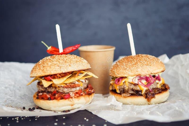 Déjeuner avec du café et l'hamburger de nourriture de rue images stock