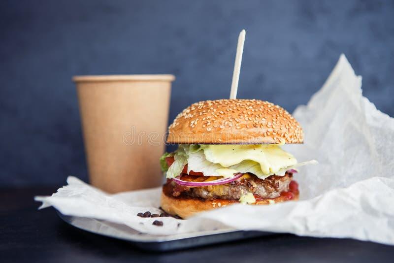 Déjeuner avec du café et l'hamburger de nourriture de rue photographie stock
