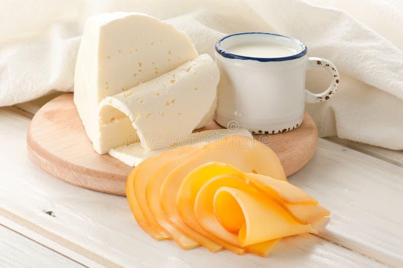 Déjeuner avec du lait et le fromage photographie stock