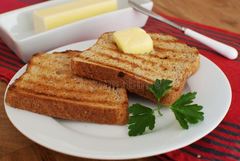 Déjeuner avec du pain grillé et le beurre images libres de droits