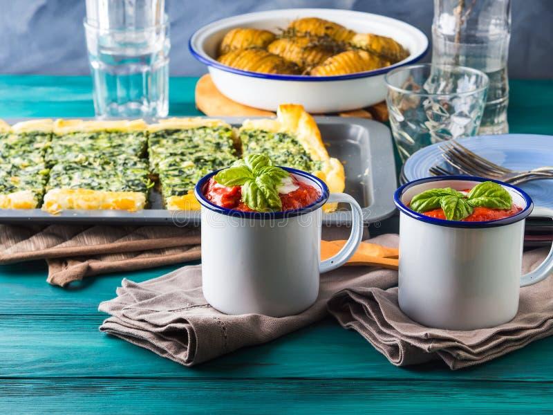 Déjeuner avec la soupe, la quiche et les pommes de terre photographie stock libre de droits