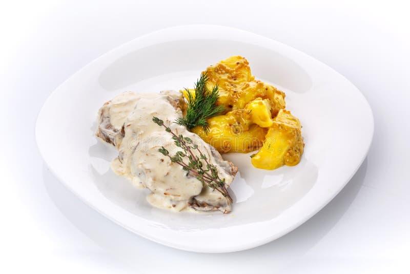 Déjeuner délicieux Pommes de terre dans la moutarde française avec de la viande en sauce aux champignons photos stock