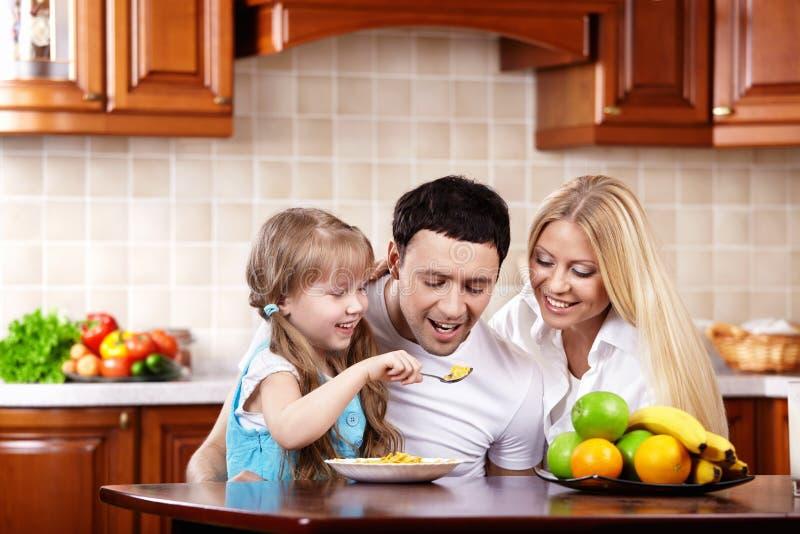 Déjeuner d'une famille heureuse photo libre de droits