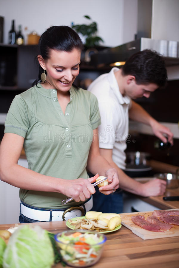 déjeuner de couples préparant des jeunes images stock