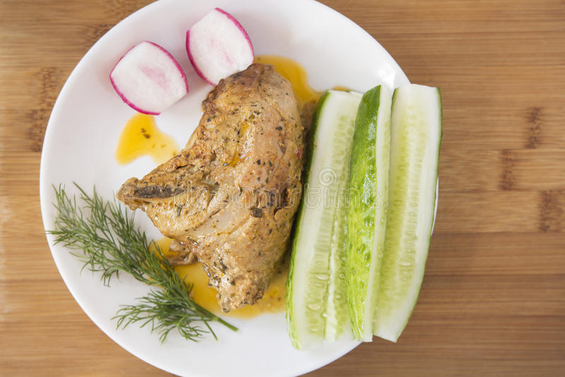 Déjeuner de poulet avec des légumes sur un plateau photo stock