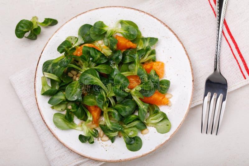 Déjeuner diététique : salade douce Korn avec les pignons et la mandarine photographie stock
