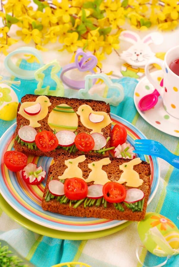 Déjeuner drôle de Pâques pour l'enfant photographie stock libre de droits