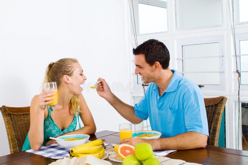Déjeuner espiègle de couples photographie stock libre de droits
