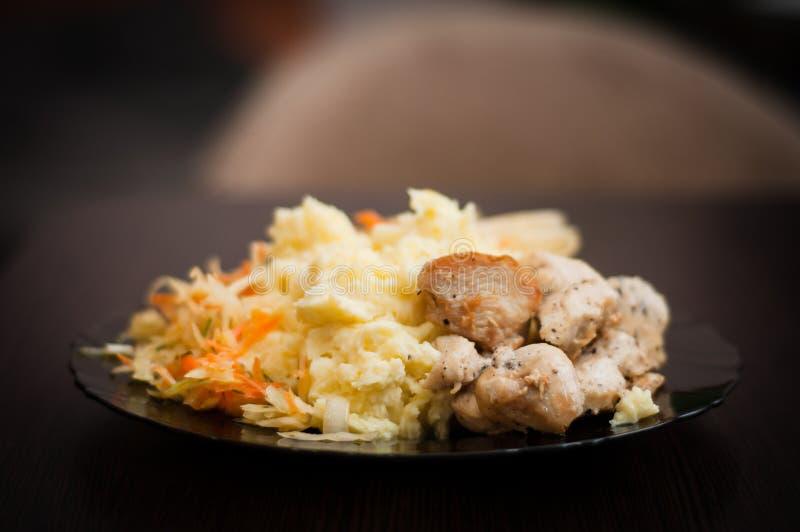 Déjeuner fait maison traditionnel pour de bons athlètes d'une récupération de muscle Viande de poulet frit avec les pommes vapeur photo libre de droits
