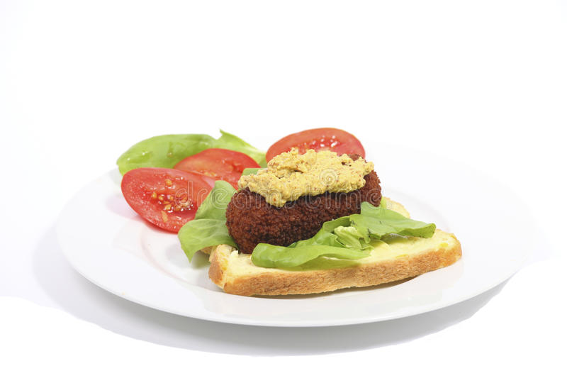 Déjeuner hollandais type avec du pain et le kroket photographie stock libre de droits