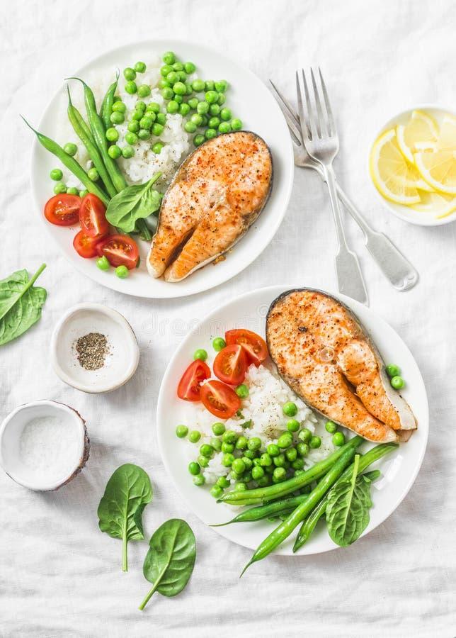 Déjeuner méditerranéen équilibré sain de régime - saumon cuit au four, riz, pois et haricots verts sur un fond clair, vue supérie photos stock
