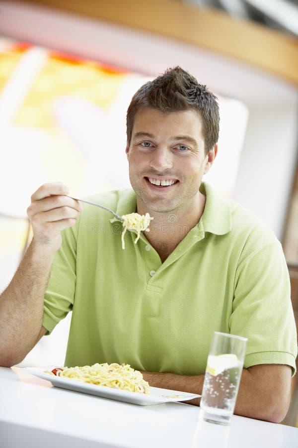 Déjeuner mangeur d'hommes à un café photographie stock libre de droits
