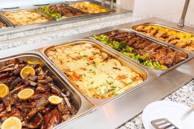 Déjeuner ou dîner de service d'individu de buffet de nourriture photo stock