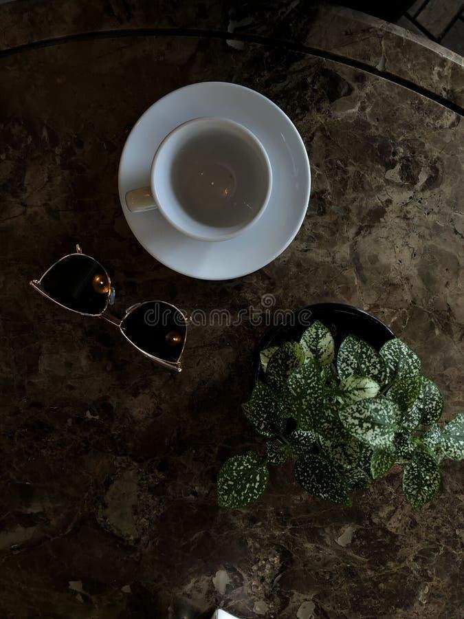 Déjeuner ou petit déjeuner très appétissant sur la table images libres de droits