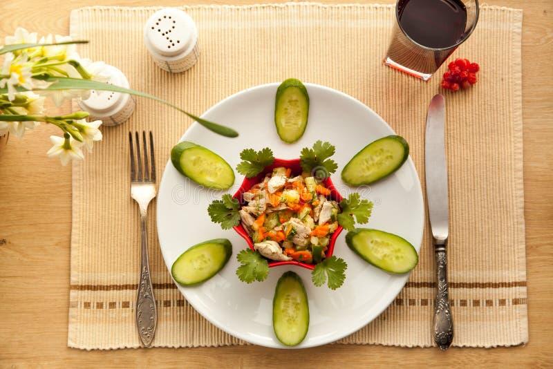 Déjeuner sain avec de la salade de poulet de légumes et le jus frais images stock
